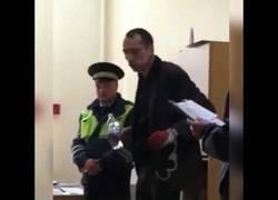 Enlace a Este tío saca la rave que lleva dentro en la comisaría dónde está detenido (seguro que por drogas)