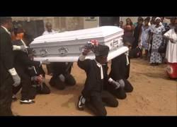 Enlace a La ceremonia que hacen en Ghana durante un entierro totalmente surrealista