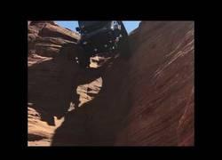 Enlace a El increíble agarre de este jeep que circula en vertical
