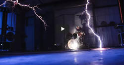 Enlace a 'Ride The Lightning' de Metallica tocada con rayos