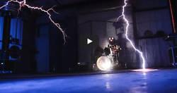Enlace a 'Ride The Lightning' de Metallica tocada con rayos