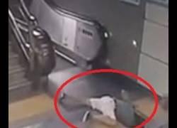 Enlace a Esta mujer china iba a subir unas escaleras mecánicas y de repente el suelo se la comió