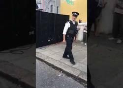 Enlace a Este policía da un auténtico show con sus movimientos en plena calle