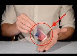 Enlace a Este mago nos enseña en simples pasos como sorprender a la gente con tres trucos de magia