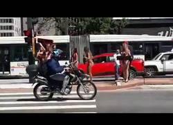Enlace a Accidente en plena carretera tras quedarse embobado viendo a chicas ligeritas de ropa
