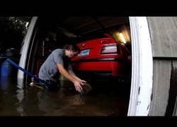 Enlace a Este hombre tiene un gran problema tras el Huracán Harvey pero salvó sus cochazos