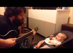 Enlace a Le canta una canción a su hijo con la guitarra y le hace super feliz