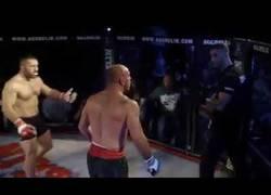 Enlace a Luchador empieza a golpear al árbitro al no parar el combate