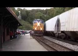 Enlace a Gente que estuvo a punto de morir en las vías del tren