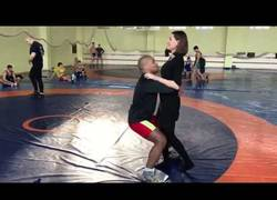 Enlace a Le pide una demostración de su técnica a Jean Beleniuk, medallista olímpico y se queda perpleja