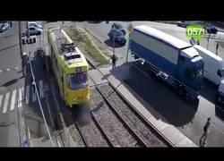 Enlace a El terrible atropello del tranvía mientras miraba el móvil por la calle