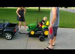 Enlace a Todo niño necesita un tractor en su vida