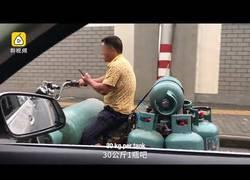 Enlace a Este chino vive la vida totalmente al límite