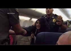 Enlace a La policía echa a la fuerza a una pasajera de la aerolínea Southwest Airlines