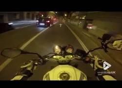 Enlace a Se 'pica' con un motorista en plena carretera y lo paga bien caro