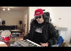 Enlace a Seth Everman, agarra su piano y crea estas genialidades de videojuegos