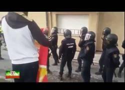 Enlace a Los gitanos defienden en su barrio a la Guardia Civil el día del referéndum