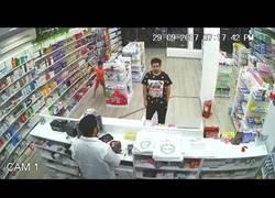 Enlace a El arte de este niño para robar dinero de la caja en una farmacia