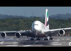 Enlace a El agónico aterrizaje de un Airbus A380 con vientos cruzados en Düsseldorf
