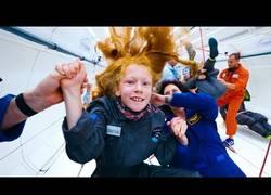 Enlace a Unos niños discapacitados vuelan en un avión con una cabina de gravedad cero en su interior