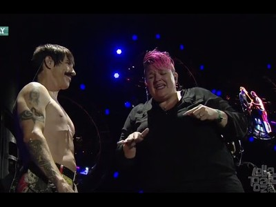 Red Hot Chili Peppers hace subir al escenario a la intérprete de lenguaje de signos