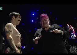 Enlace a Red Hot Chili Peppers hace subir al escenario a la intérprete de lenguaje de signos