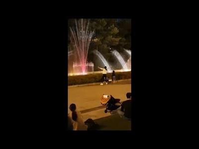 Esta chica se lo pasa en grande con el show de agua en esta fuente