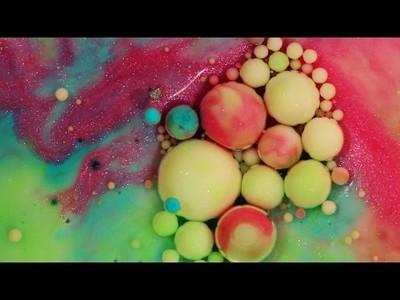 Los increíbles efectos visuales que logras mezclando pintura acrílica con leche, jabón y aceite