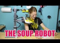 Enlace a Simone Giertz crea un robot para comer sopa