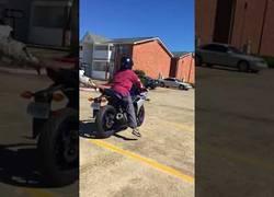 Enlace a Se choca con un coche mientras hace prácticas con la moto y...¿dónde acaba su zapato?