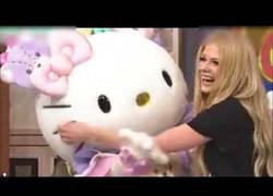Enlace a Avril Lavigne se vuelve loca tras conocer a Hello Kitty