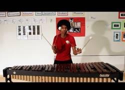 Enlace a Toca en la marimba el tema principal de Super Mario Bros con cuatro baquetas