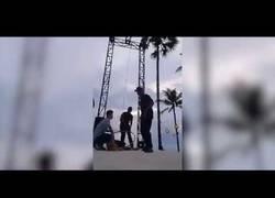 Enlace a Una acróbata se cae durante un entrenamiento en Bali y se rompe el cuello [Impactante]