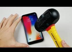 Enlace a Pone a prueba la resistencia del iPhone X con un cuchillo y un martillo y la cosa no sale muy bien
