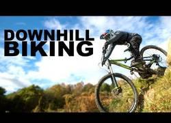 Enlace a Este tío no tiene límites: ahora aprende a hacer descenso con una mountain bike