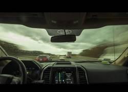 Enlace a Conduce más de 400 kilómetros en su coche y lo graba en un time lapse en 4k épico