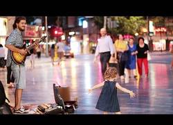 Enlace a Más de 6 millones de personas han visto el adorable baile que esta niña se marca del 'Despacito' en plena calle