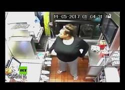 Enlace a A la desesperada: Esta mujer se metió por la ventanilla de un McDonalds a robar comida