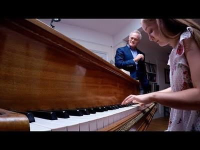 Tocando el piano durante 60 segundos mientras improvisa notas sacadas de un sombrero