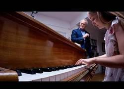 Enlace a Tocando el piano durante 60 segundos mientras improvisa notas sacadas de un sombrero