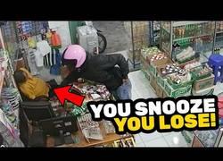 Enlace a El ladrón más patoso del mundo: no es capaz de robar nada mientras el dependiente está durmiendo
