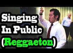 Enlace a La gente se queda loca al ver a este asiático-americano cantando reggeaton en la calle
