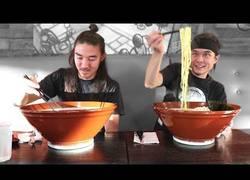 Enlace a Este tío trata de comerse este enorme bol de noodles en 25 minutos