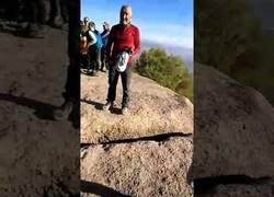 Enlace a Graves insultos contra un grupo de personas mayores con una estelada en la cima de una montaña