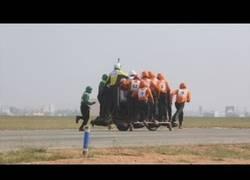 Enlace a El ejército de la India rompe récord mundial subiendo a 58 personas en una moto