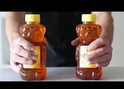 Enlace a Este tío trata de meterse 4.000 calorías de miel en tiempo récord