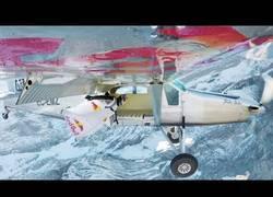 Enlace a Dos tipos con un traje aéreo se meten en una avionerta en pleno vuelo