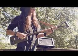 Enlace a Este tío se ha creado una guitarra con una pala y no suena nada mal