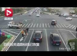 Enlace a Este chino pinta las señales de tráfico en la carretera para evitar atascos