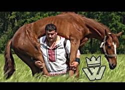 Enlace a Él es Dmitriy Khaladzhi, el hombre más fuerte del mundo y con más Récord Guinness